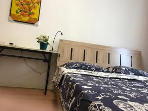 A bed or beds in a room at Harbin Crystal Baby Apartment Qiulin