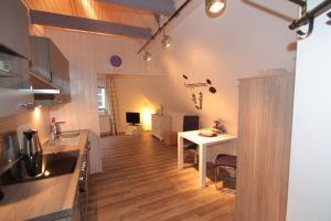 A kitchen or kitchenette at Altstadtferienwohnung Stade- ein zweites Zuhause finden