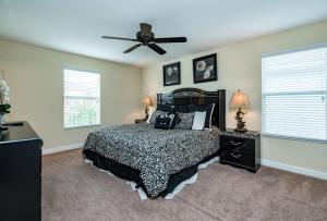 Uma cama ou camas num quarto em Six-Bedroom Villa 8870