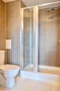 A bathroom at 3 Bedroom Canal-side Apartment Sleeps 6