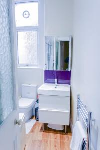 A bathroom at 2 Bedroom Flat on Leith Walk Sleeps 4