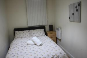 A bed or beds in a room at Modern Apartment Near O2, Excel, Olympic park