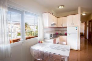 A kitchen or kitchenette at Apartamento con ascensor en primera línea