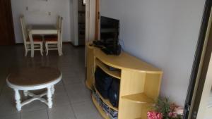 Una televisión o centro de entretenimiento en Ilha Morada