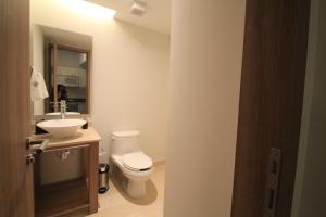 A bathroom at Plaza Suites México City, 2404