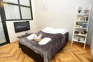A bed or beds in a room at Nica's Apartment