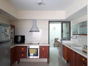 A kitchen or kitchenette at Marina Cottage Apartment