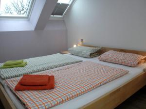 A bed or beds in a room at Haus Drachenflieger - Fewo 6 Kerstin