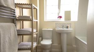 A bathroom at UR City Pad - Regent Wharf