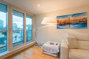 A seating area at Stunning flat overlooking the Thames