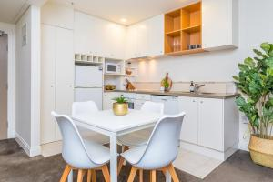 A kitchen or kitchenette at Lovely City Apartment! Views, Pool and Gym