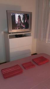 Una televisión o centro de entretenimiento en Casa praia da cachoeira