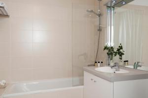 Salle de bains dans l'établissement Residhome Marseille Saint-Charles