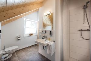 A bathroom at AlpenParks Hagan Lodge Altaussee