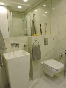 A bathroom at Emilia Gold Apartment