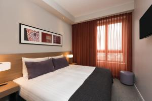 A bed or beds in a room at Adina Apartment Hotel Frankfurt Neue Oper