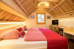 A bed or beds in a room at Chalet Apartments ALPIK
