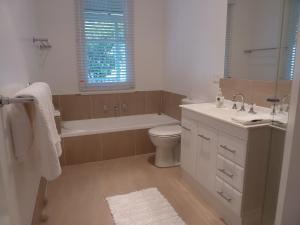 A bathroom at Orangevale at Mount View