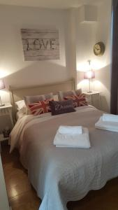 A bed or beds in a room at The Maltings Tower Bridge Apartment