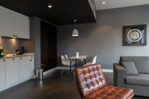 Ein Sitzbereich in der Unterkunft B-aparthotel Kennedy