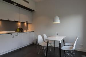 A kitchen or kitchenette at B-aparthotel Kennedy