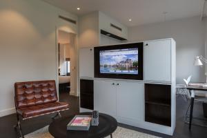 Télévision ou salle de divertissement dans l'établissement B-aparthotel Kennedy