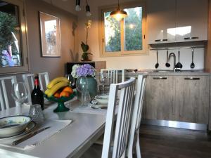 A kitchen or kitchenette at Villa Rosemada, Mondello