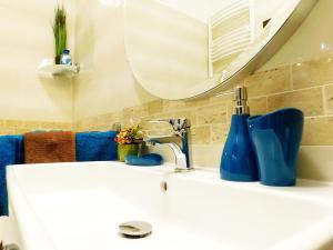 A bathroom at Wonder Deer Lux Apt-Opera