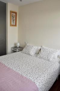A bed or beds in a room at APTO. CON VISTAS PALACIO REAL