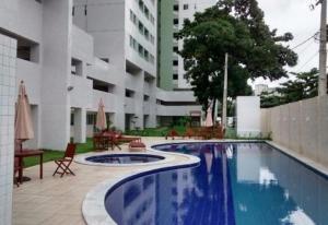 The swimming pool at or near Luxo apartamento moderno de 3 quartos na praia!
