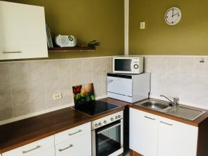 A kitchen or kitchenette at Ferienwohnung Tiffy