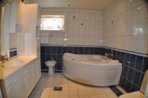 A bathroom at 5-Bedroom House in Lofoten
