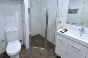 A bathroom at City Gardens Apartments