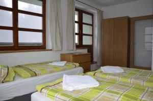 מיטה או מיטות בחדר ב-Apartmán v Srdci Hor Cihlářka