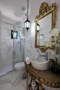 A bathroom at the gallery Studios II