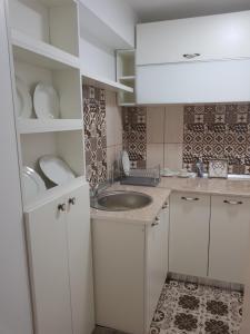 O bucătărie sau chicinetă la cozy apartment in a quiet area