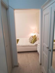 Un pat sau paturi într-o cameră la cozy apartment in a quiet area