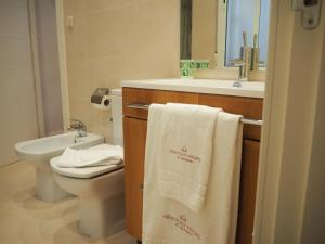 A bathroom at New Point Madrid Apartments