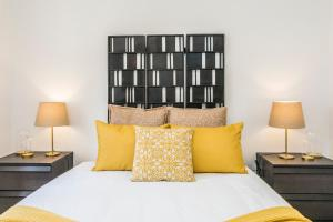 A bed or beds in a room at LxWay Apartments São José