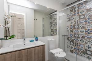 A bathroom at LxWay Apartments São José