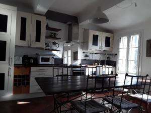 A kitchen or kitchenette at Beau duplex centre ville