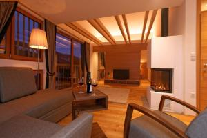 A seating area at Silentium Dolomites Chalet since 1600