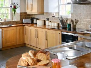 A kitchen or kitchenette at Park House Cottage