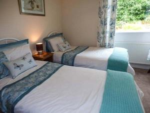 A bed or beds in a room at Becks Cottage
