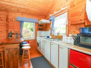 A kitchen or kitchenette at The Chalet at Ben Hiant