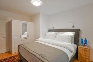 Postel nebo postele na pokoji v ubytování Romantic Apartment Prague near Charles Bridge