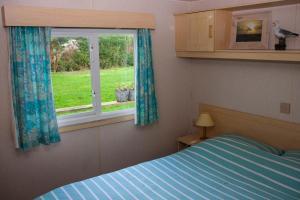 Een bed of bedden in een kamer bij Minicamping Hoeve het Tij