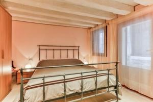 A bed or beds in a room at Ca' Bianca
