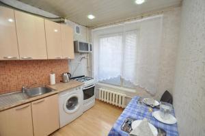 A kitchen or kitchenette at Apartment Na Shmitovskom Proyezde