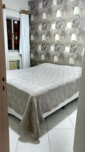 A bed or beds in a room at Apartamento-J. Camburi